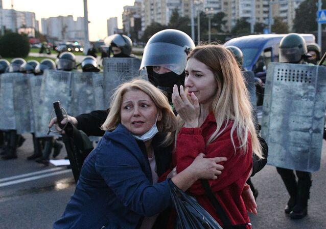 Agentes da polícia e manifestantes em Minsk, na Bielorrússia