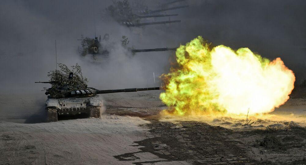 Tanques T-72 durante exercício militar Cáucaso 2020 em polígono no sul da Rússia