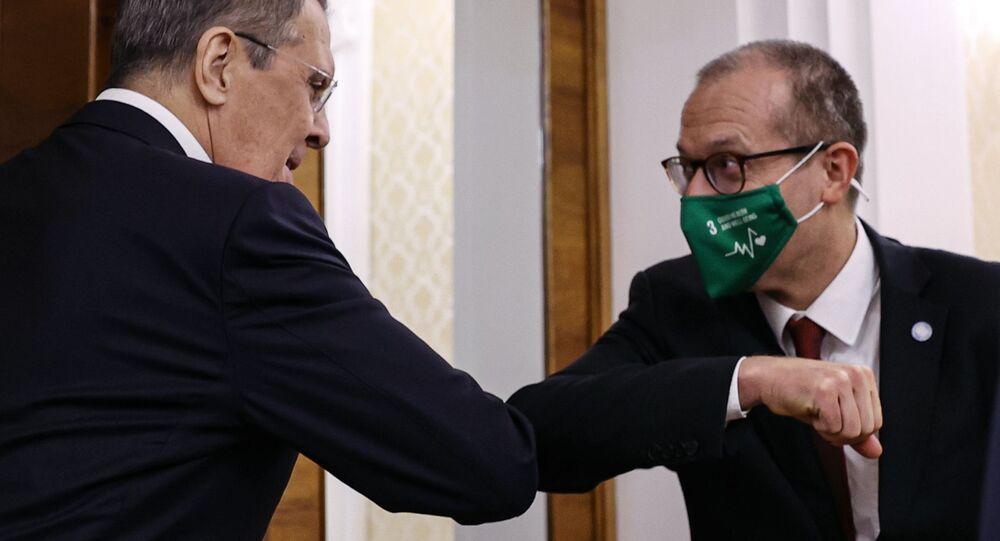 Sergei Lavrov, ministro das Relações Exteriores da Rússia, e o representante oficial da OMS na Rússia, Hans Kluge, em reunião em Moscou