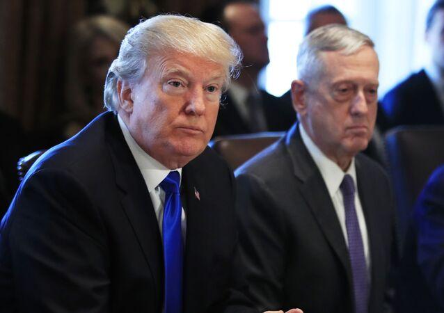 Presidente Donald Trump, à esquerda, com Jim Mattis, o secretário de Defesa, e Wilbur Ross, o secretário de Comércio, durante uma reunião do gabinete na Casa Branca em Washington, EUA, 6 de dezembro de 2017