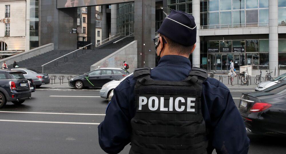 Policial fica em frente ao local onde foi preso um dos suspeitos de ter executado o ataque a faca contra dois jornalistas em Paris no dia 25 de setembro.