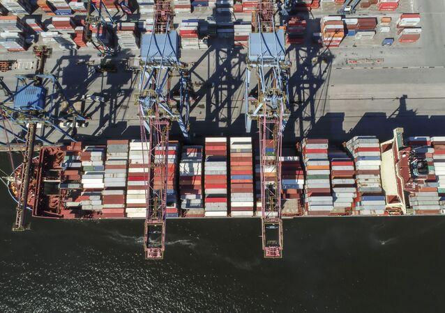 Vista aérea de cargueiro carregado no Tecon Santos, o maior terminal de containeres da América do Sul, na margem esquerda do Porto de Santos, no distrito de Vicente de Carvalho, em Guarujá (SP).