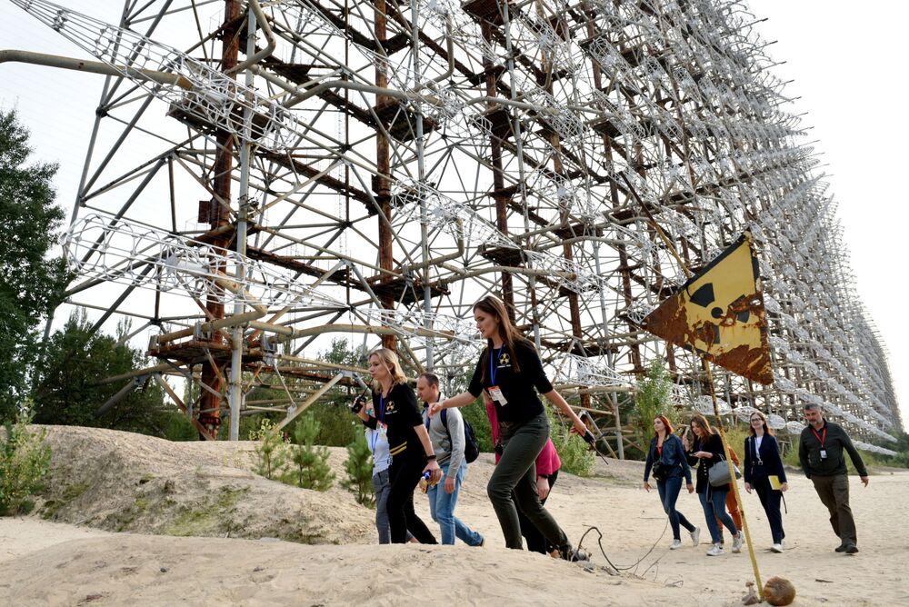 Turistas próximos do sistema de radar Duga, na zona de exclusão de Chernobyl