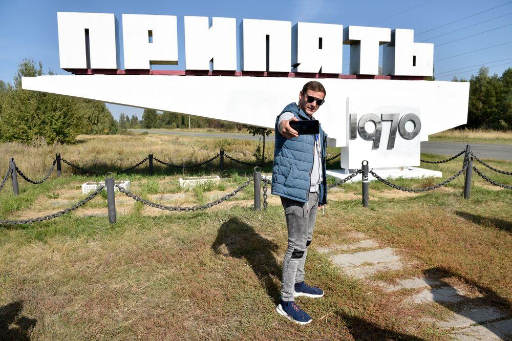 Turistas fotografam cidade fantasma de Pripyat