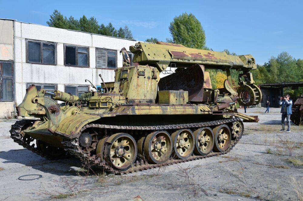 Turistas no museu de equipamentos militares na zona de exclusão de Chernobyl