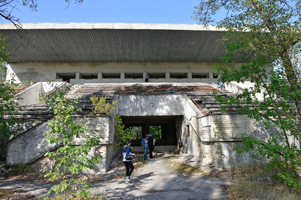 Turistas em estádio abandonado de Pripyat