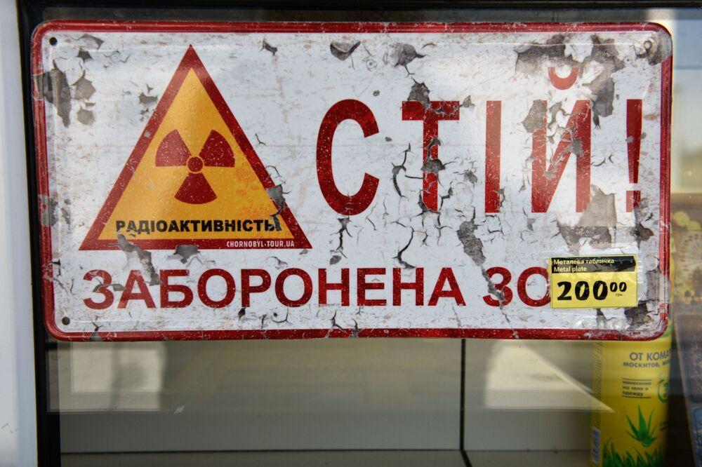 Tabela de metal em loja de souvenirs na zona de exclusão de Chernobyl