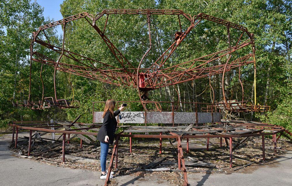 Turista fotografa gira-gira na zona de exclusão de Chernobyl