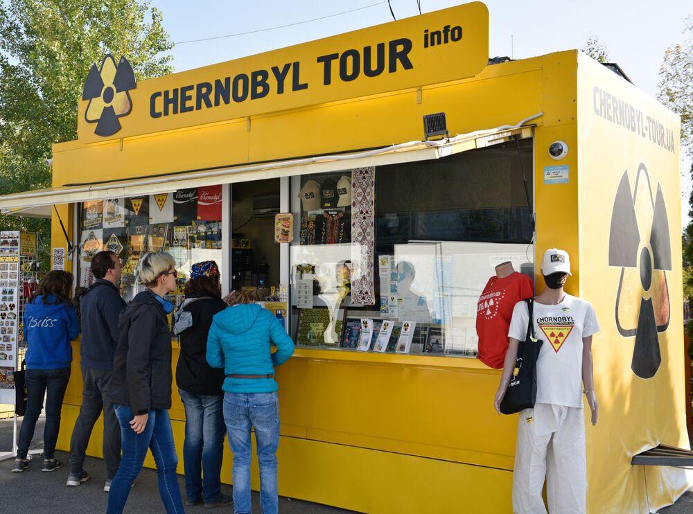 Turistas em loja de souvenirs no posto de controle de Dytiatky