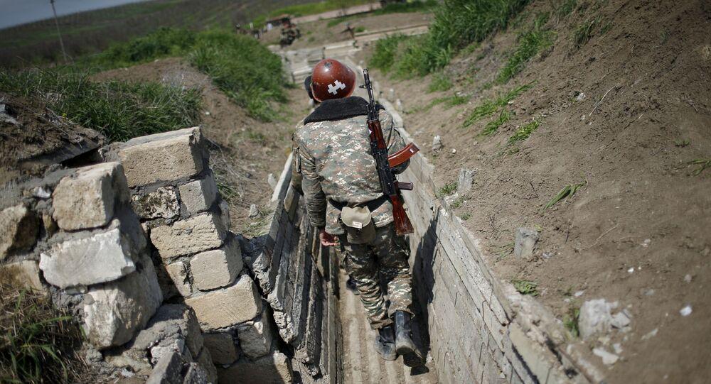 Soldado armênio percorre trincheira nas proximidades da fronteira de Nagorno-Karabakh (foto de arquivo)