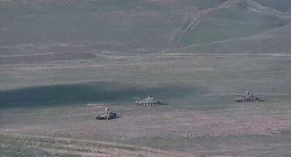Possíveis tanques azeris durante ataque à república não reconhecida de Nagorno-Karabakh