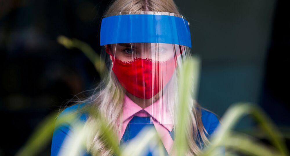 Mulher usa máscara contra COVID-19 em Moscou (foto de arquivo)