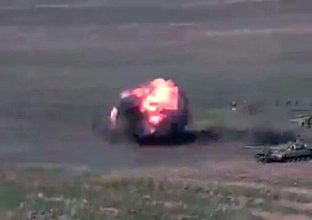 Tanque é atingido durante conflito militar em Nagorno-Karabakh