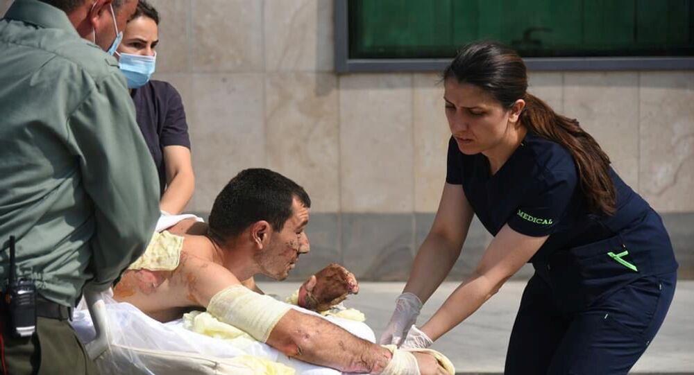 Foto concedida pelo Ministério das Relações Exteriores da Armênia mostra homem ferido recebendo atendimento médico em Nagorno-Karabakh, 27 de setembro de 2020