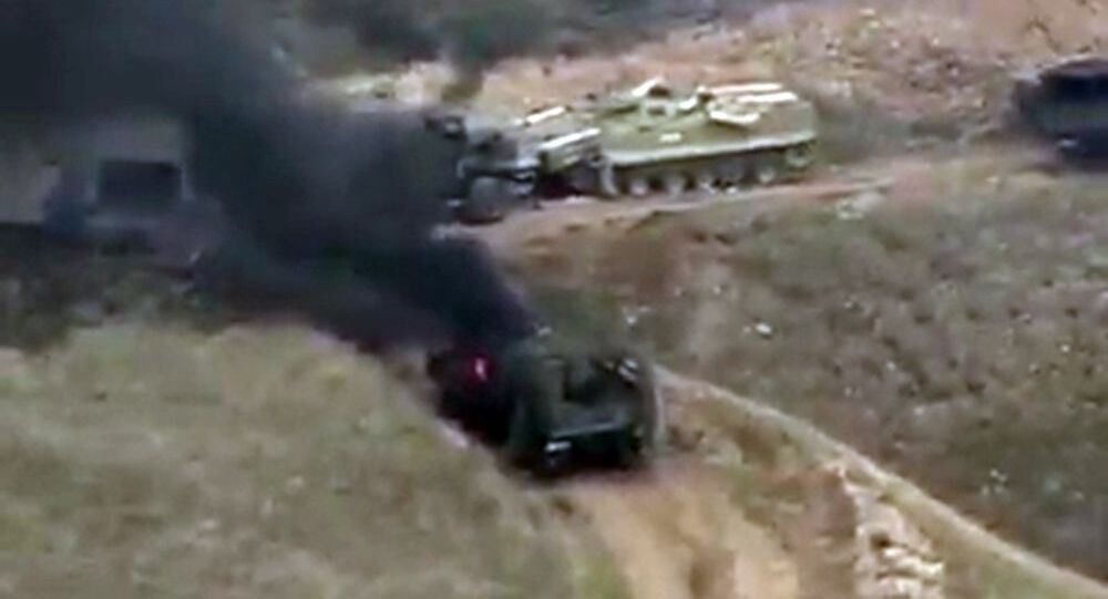 Veículos atingidos durante conflito militar em Nagorno-Karabakh