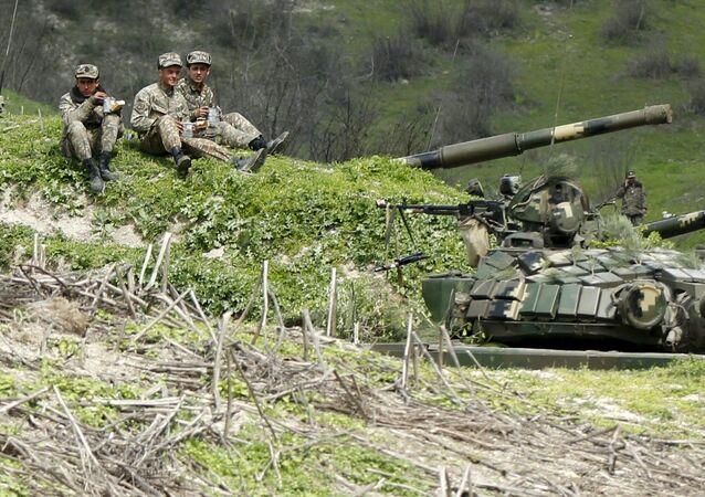 Militares de Nagorno-Karabakh em posições perto da povoação de Madagiz