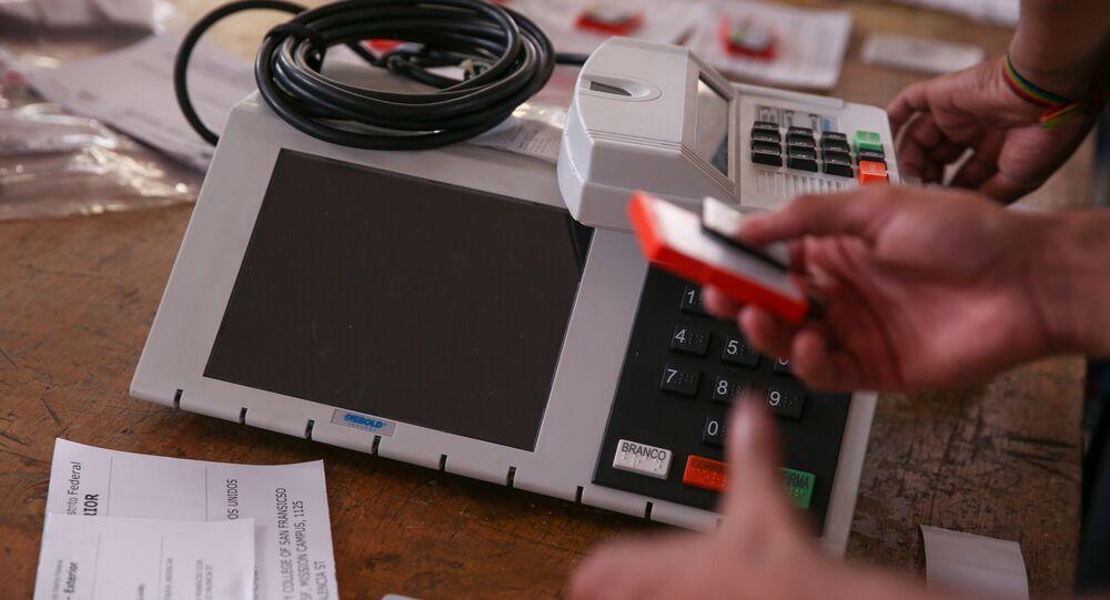 Tribunal Regional Eleitoral do Distrito Federal realizando teste e lacração de urnas eletrônicas (arquivo)