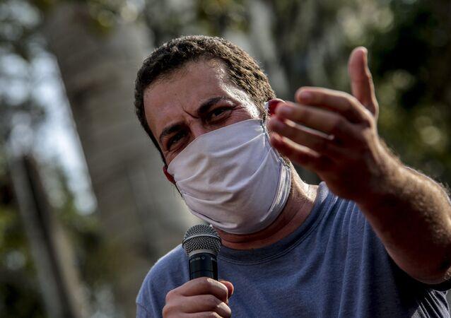 Candidato a prefeito da cidade de São Paulo pelo Psol, Guilherme Boulos, participa de ato político na praça Roosevelt, região central da capital paulista