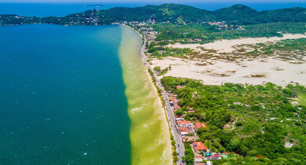 Lagoa da Conceição em Florianópolis, em Santa Catarina, situada entre uma cadeia de montanhas, planícies costeiras, uma restinga e o mar