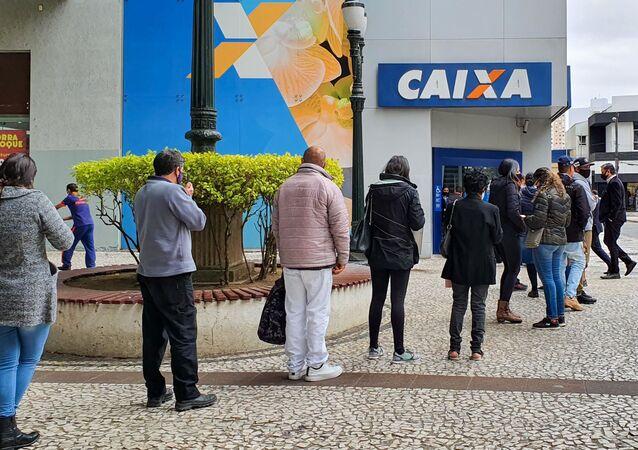 Movimentação em agência da Caixa Econômica na cidade de Curitiba (PR), para recebimento do auxílio emergencial para pelo governo