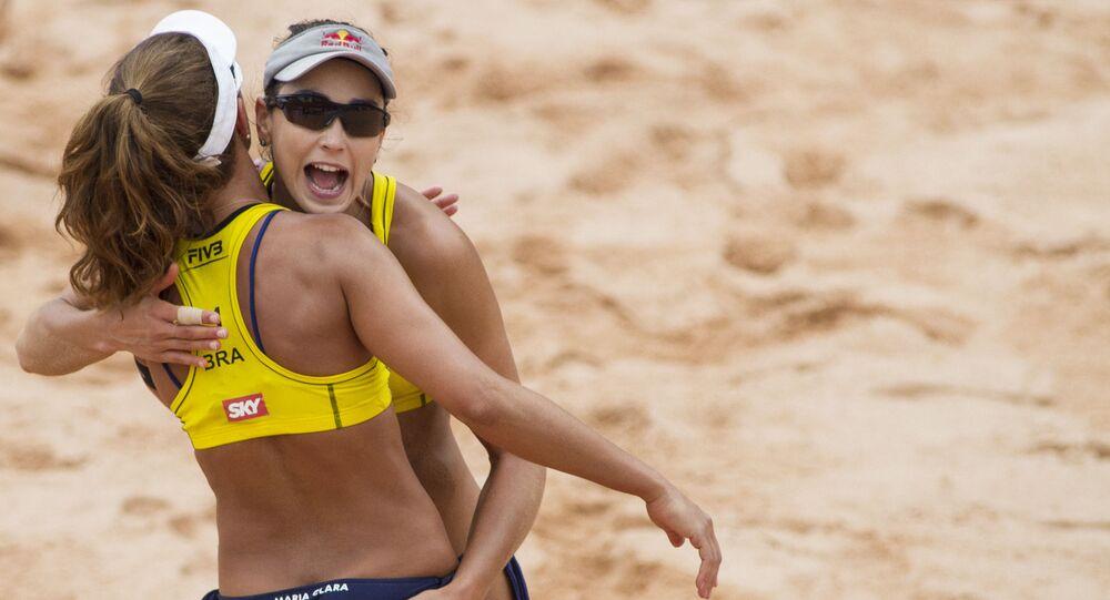 Carol Solberg abraça parceira durante etapa do Grand Slam de Vôlei de Praia, em Barueri (SP)