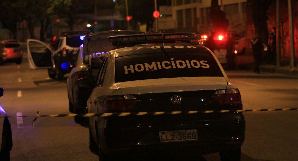 No Rio de Janeiro, viaturas da divisão de homicídios são vistas no local do assassinato da vereadora Marielle Franco e de seu motorista, Anderson Gomes, mortos a tiros na Rua Joaquim Palhares, em 14 de março de 2018.