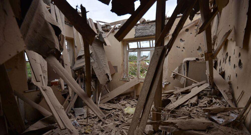 Foto feita no interior de casa mostra severos danos causados por bombardeio realizado por tropas azeris em Martuni, Nagorno-Karabakh