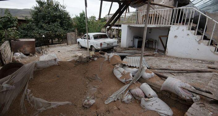 Quintal de casa foi parcialmente destruído na cidade de Martuni após bombardeio em Nagorno-Karabakh
