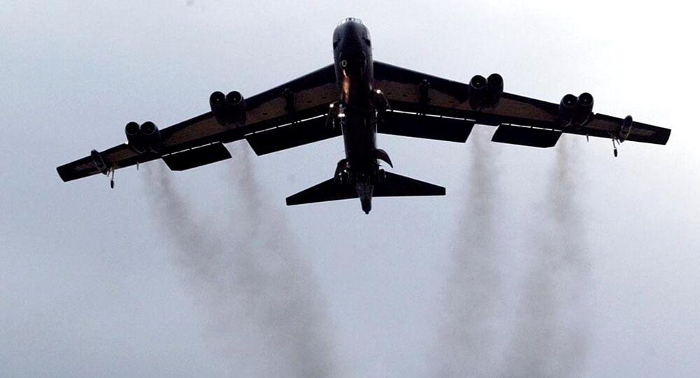 Bombardeiro B-52 da Força Aérea dos EUA chegando à Base Aérea de Fairford no Reino Unido
