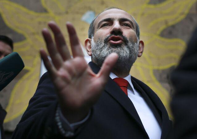 Em Erevan, o então primeiro-ministro em exercício da Armênia, Nikol Pashinyan, gesticula após deixar um local de votação durante as eleições parlamentares armênias, em 9 de dezembro de 2018.