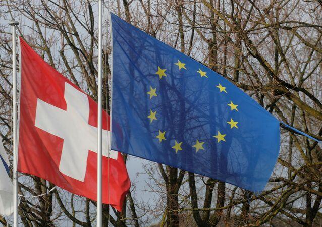 Bandeiras da Suíça e da União Europeia