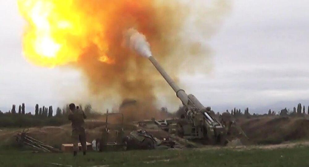Forças azeris conduzem ofensiva contra militares armênos durante o conflito em Nagorno-Karabakh