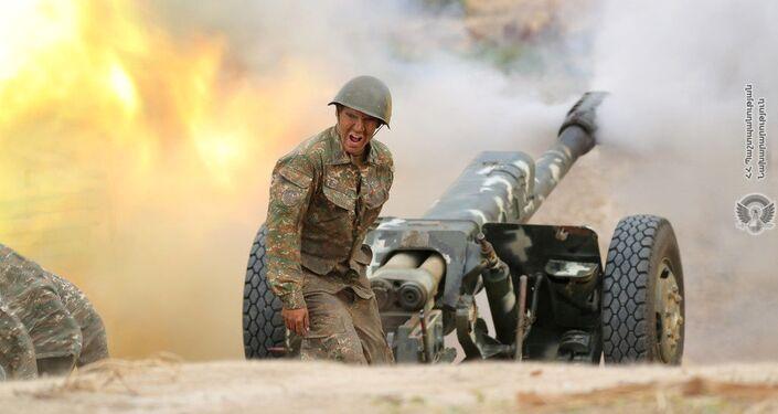 Soldado luta contra forças azeris na região de Nagorno-Karabakh, 29 de setembro de 2020