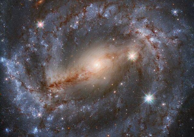 Imagem do Telescópio Espacial Hubble da NASA / ESA apresenta a galáxia espiral NGC 5643 na constelação de Lupus