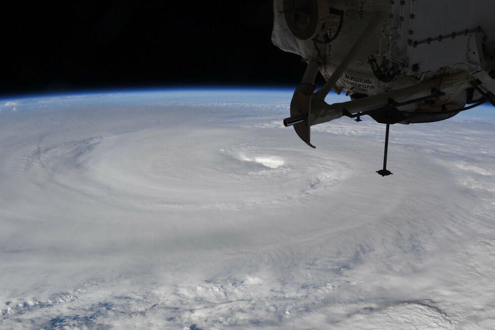 Vista aérea registrada pela Estação Espacial Internacional do tufão Haishen sob o Pacífico