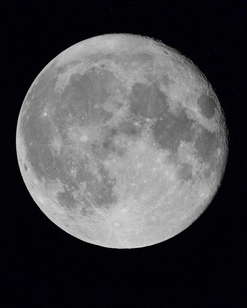 Registro da Lua tirado da escotilha da Estação Espacial Internacional