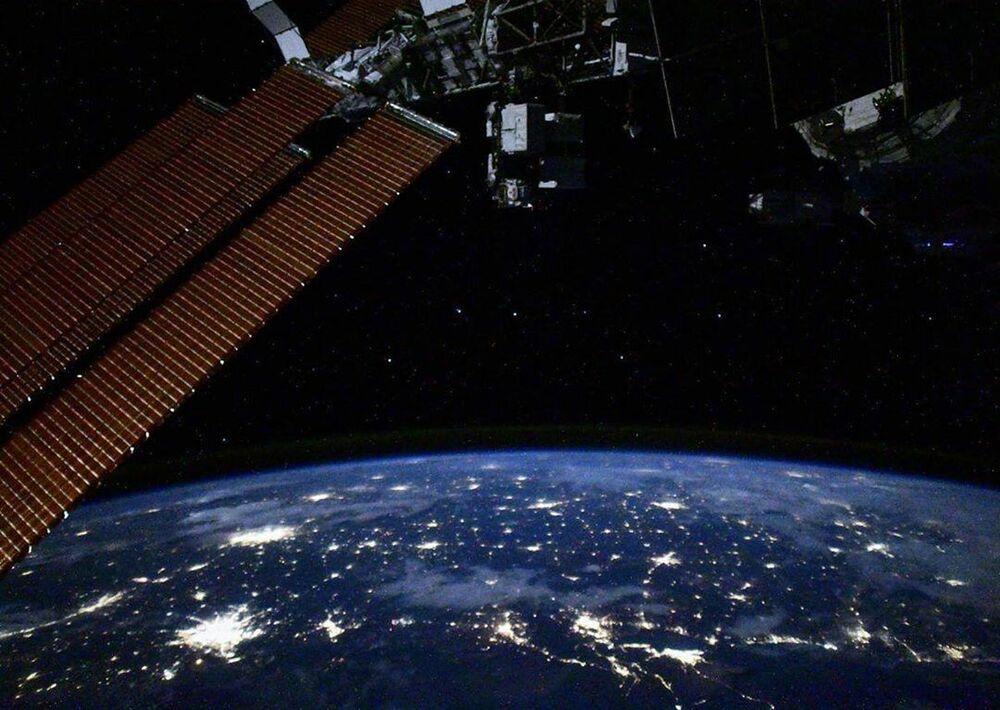 Céu noturno da Terra e Ursa Maior visíveis da Estação Espacial Internacional