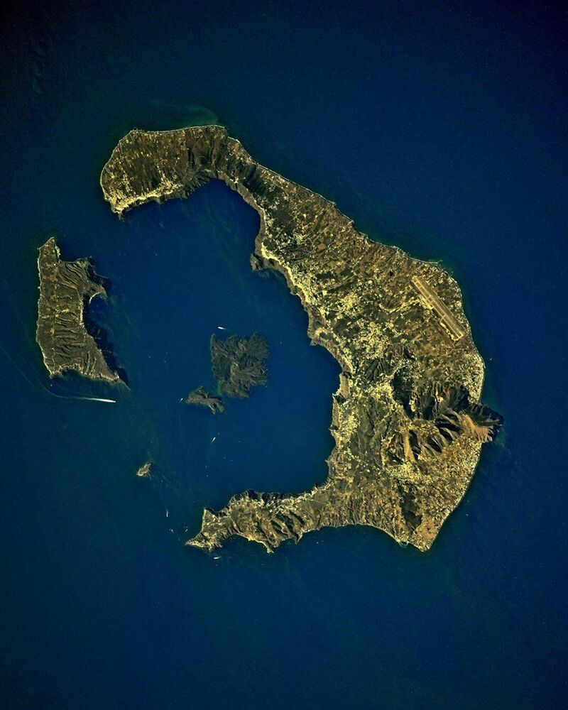 Ilha vulcânica de Santorini no mar Egeu vista da Estação Espacial Internacional