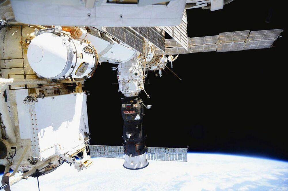 Registro da nave espacial de carga Progress acoplada à Estação Espacial Internacional