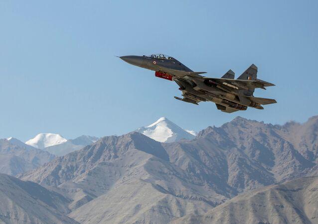 Caça indiano sobrevoa as montanhas em Leh, na região de Ladakh