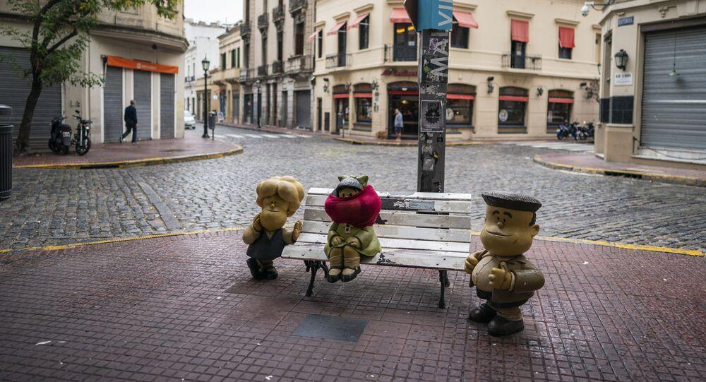 La estatua de Mafalda, un famoso personaje de dibujos animados creado por Quino, se encuentra con la cara cubierta en Buenos Aires, Argentina