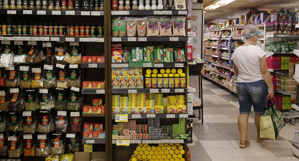 Cliente pesquisa preços em supermercado na zona sul do Rio de Janeiro (arquivo)