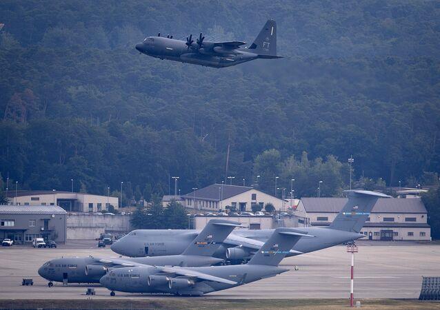 Aeronave militar norte-americana decola da Base Aérea de Ramstein dos EUA em Ramstein, Alemanha, 9 de junho de 2020