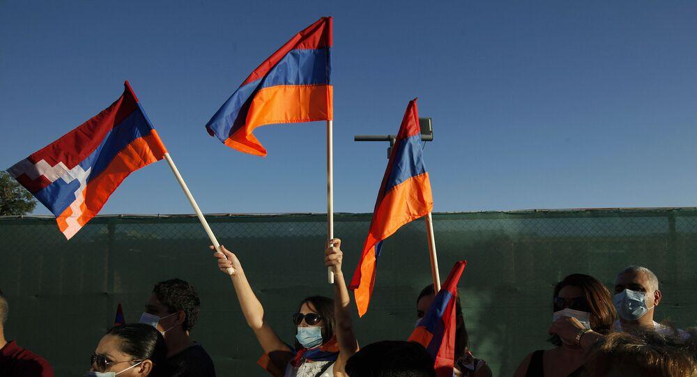 Manifestantes com bandeiras da Armênia e de Nagorno-Karabakh