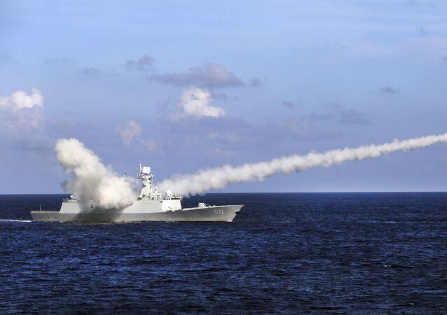 Embarcação militar chinesa em exercícios anti-míssil