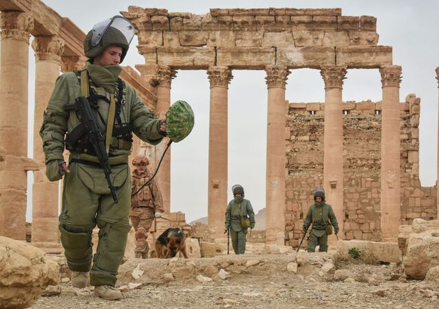 Militares russos durante operações de desminagem na cidade síria de Palmira (foto de arquivo)