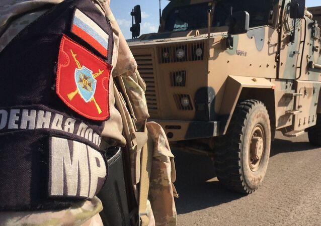 Soldado da polícia militar russa durante o patrulhamento da rodovia M-4 na província de Idlib, Síria