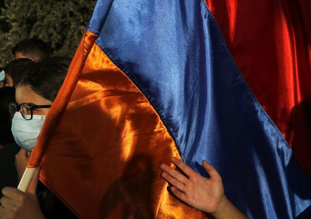 Manifestante empunha bandeira da Armênia durante protestos na cidade de Nicósia, Chipre, 30 de setembro de 2020