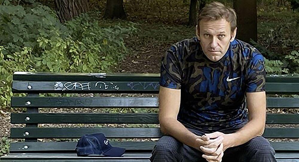 Opositor russo Aleksei Navalny sentado em um banco em Berlim, foto publicada em 23 de setembro de 2020