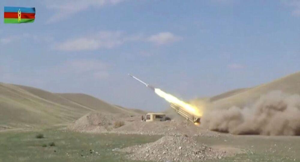 Lançador múltiplo de foguetes das Forças Armadas do Azerbaijão realizando ataques durante confrontos sobre a região de Nagorno-Karabakh, Azerbaijão, publicada em 30 de setembro de 2020